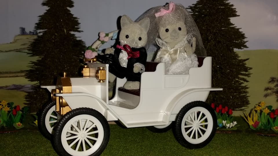 Sylvanian Families UK Solitaire Siamese Cat Family Wedding Bride Groom EPOCH Tomy Flair Church Flowers Urban Life White Wedding Car