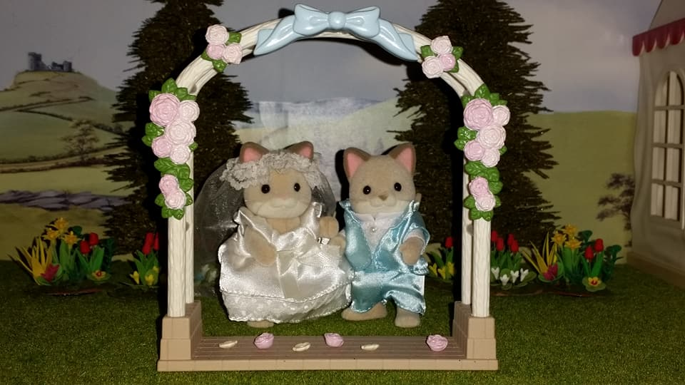 Sylvanian Families UK Wedding Dante Cats Keats Cat Family Club Exclusive Church Flair EPOCH Tomy Bride Groom Church Wedding Flower Arch