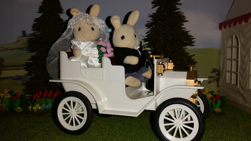 Sylvanian Families UK Butterglove Rabbit Wedding Family Ivory Rabbit Family Church Flowers EPOCH Tomy Flair Wedding Car Urban Life