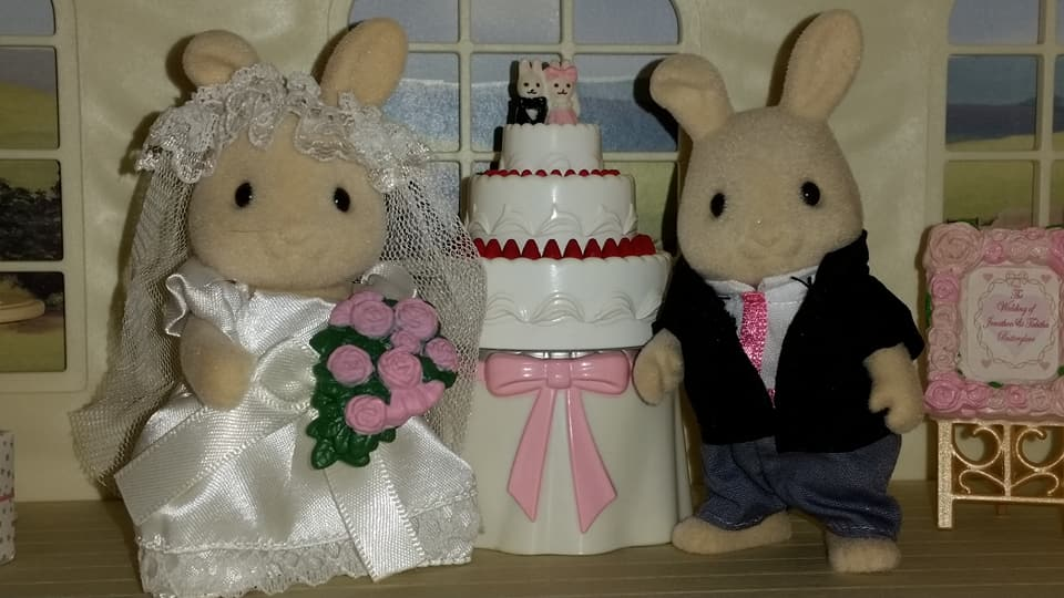 Sylvanian Families UK Butterglove Rabbit Wedding Family Ivory Rabbit Family Church Flowers EPOCH Tomy Flair Wedding Flower Arch Wedding Cake Champagne