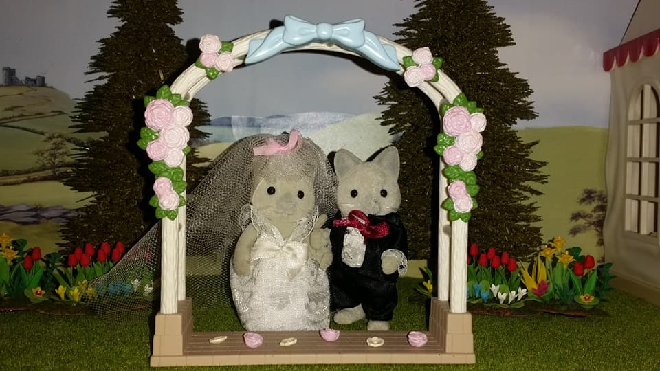 Sylvanian Families UK Solitaire Siamese Cat Family Wedding Bride Groom EPOCH Tomy Flair Church Flowers Wedding Flower Arch
