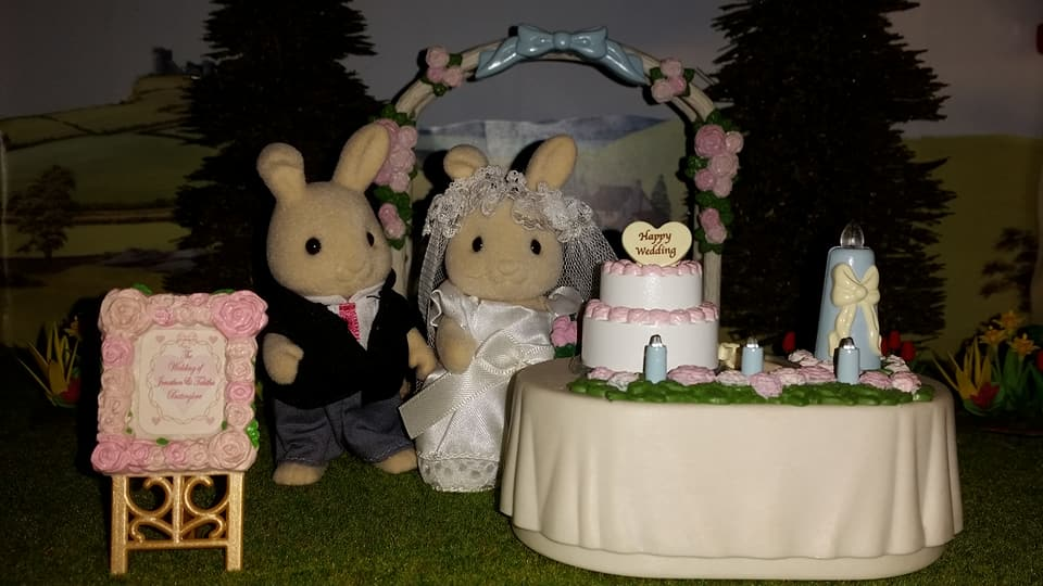 Sylvanian Families UK Butterglove Rabbit Wedding Family Ivory Rabbit Family Church Flowers EPOCH Tomy Flair Wedding Flower Arch Wedding Cake