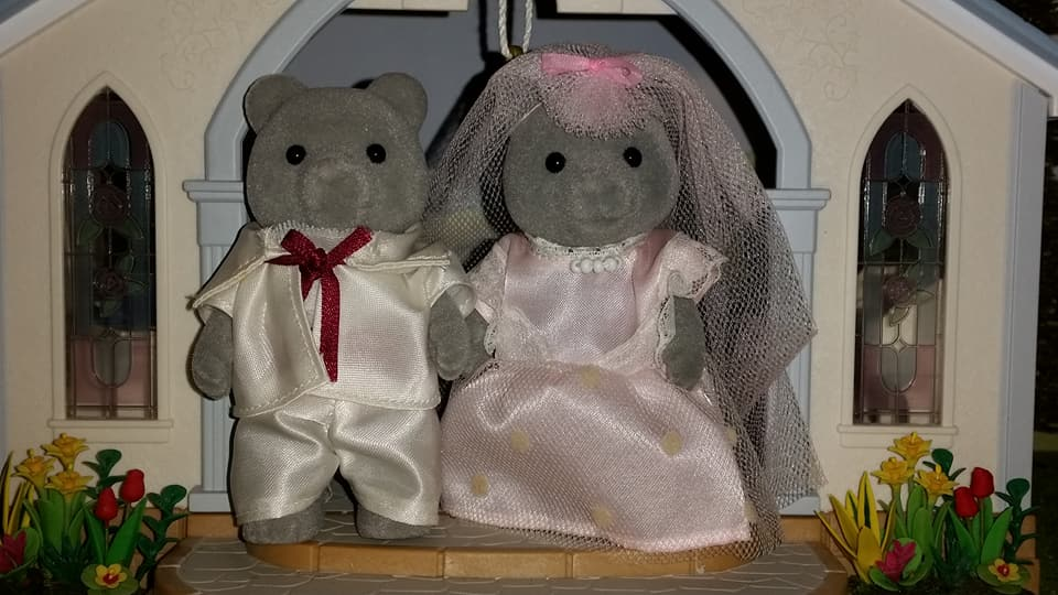 Sylvanian Families UK Wedding Sweetwater Bear Bride Groom EPOCH Tomy Flair Evergreen Grey Bear Family Church Flowers