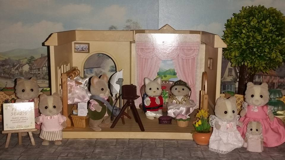 Sylvanian Families UK Photo Studio Urban Life Farthing Dog Family Maroon Dog Cecil Mace Photographer JP EPOCH Flair Tomy