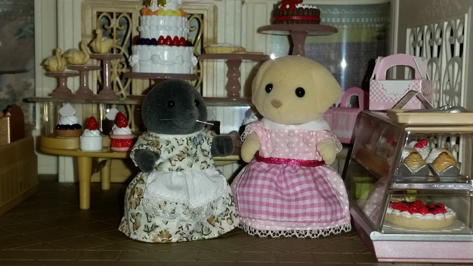 Sylvanian Families UK Village Cake Shop Cakebread Poodle Family McBurrows Mole Family Cake EPOCH Flair Tomy Fenton Labrador Family